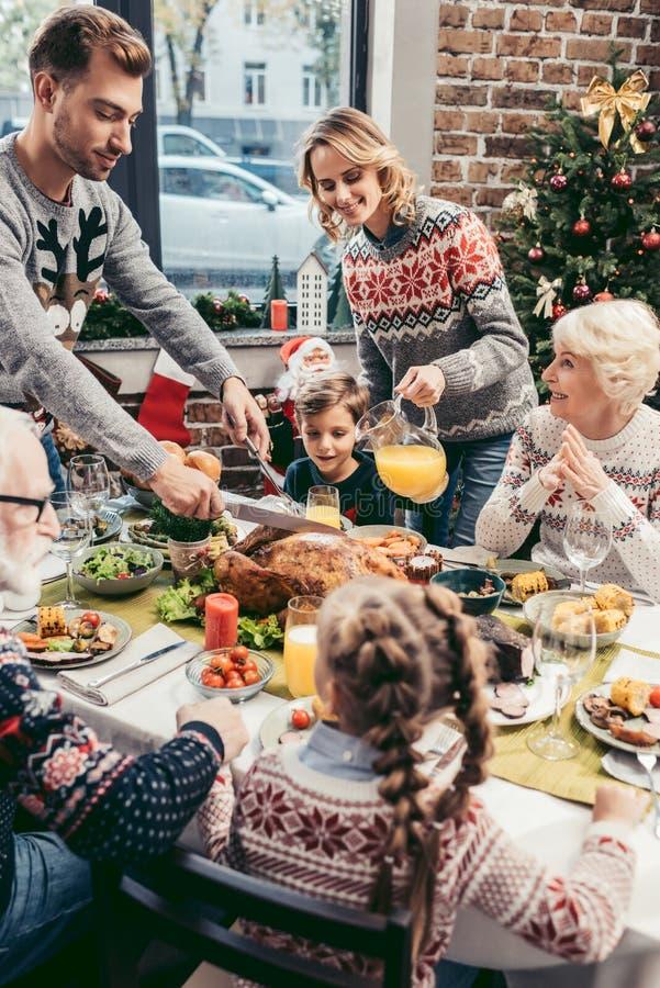 όμορφη μεγάλη οικογένεια που έχει τα Χριστούγεννα στοκ εικόνες