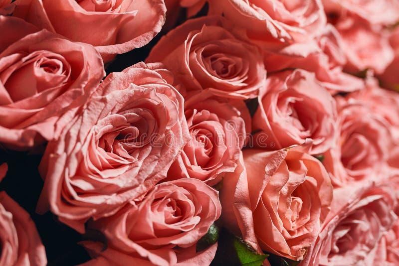 Όμορφη μεγάλη ρόδινη ανθοδέσμη τριαντάφυλλων μιας νύφης σε έναν γάμο από το τοπ, floral υπόβαθρο στοκ φωτογραφία
