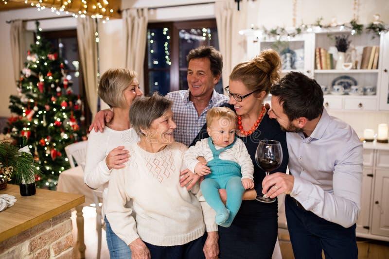 Όμορφη μεγάλη οικογένεια που γιορτάζει Christmat από κοινού στοκ φωτογραφία με δικαίωμα ελεύθερης χρήσης