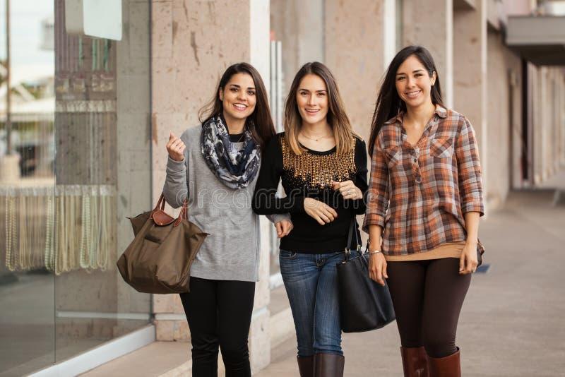 Όμορφη μετάβαση κοριτσιών που ψωνίζει σε μια λεωφόρο στοκ εικόνες