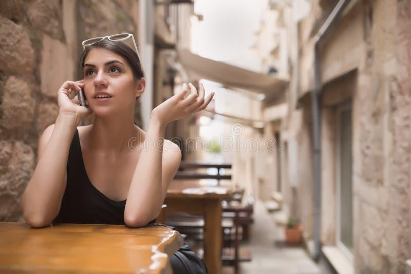 Όμορφη μελαχροινή Ευρωπαία γυναίκα μαυρίσματος που μιλά στο τηλέφωνο με το κουτσομπολιό φίλων Ομιλούν τηλέφωνο επιχειρησιακών γυν στοκ εικόνες με δικαίωμα ελεύθερης χρήσης