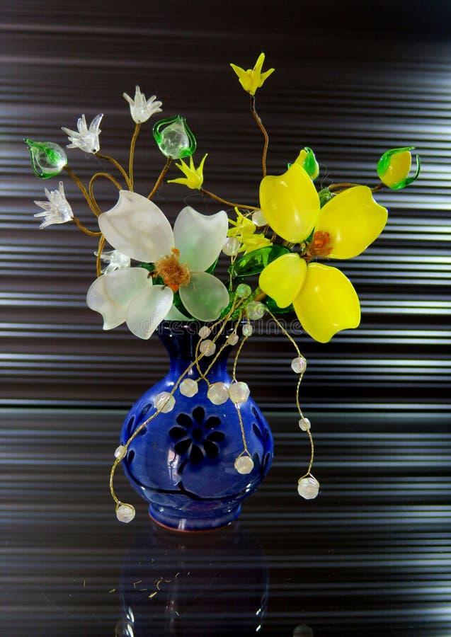 Όμορφη μικρή ανθοδέσμη των άσπρων και κίτρινων λουλουδιών στοκ εικόνες