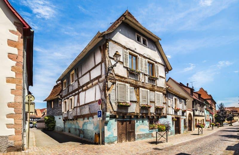 Όμορφη μικρή πόλη Bergheim με μισογεμάτα σπίτια στοκ φωτογραφίες με δικαίωμα ελεύθερης χρήσης