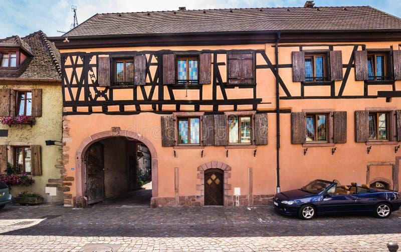 Όμορφη μικρή πόλη Bergheim με μισογεμάτα σπίτια στοκ φωτογραφίες