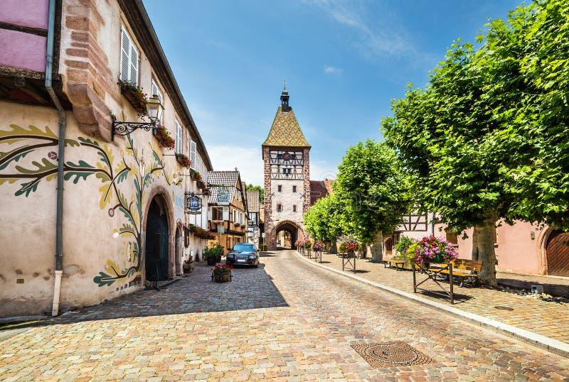 Όμορφη μικρή πόλη Bergheim με μισογεμάτα σπίτια στοκ εικόνα με δικαίωμα ελεύθερης χρήσης
