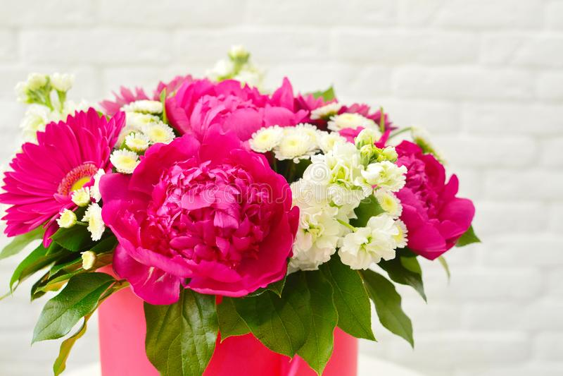 Όμορφη μοντέρνη ανθοδέσμη των λουλουδιών με τα pionies στοκ φωτογραφία