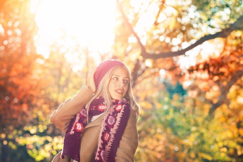 Όμορφη μοντέρνη γυναίκα στην εξάρτηση φθινοπώρου στοκ εικόνες