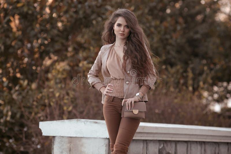όμορφη μοντέρνη γυναίκα   στοκ εικόνες
