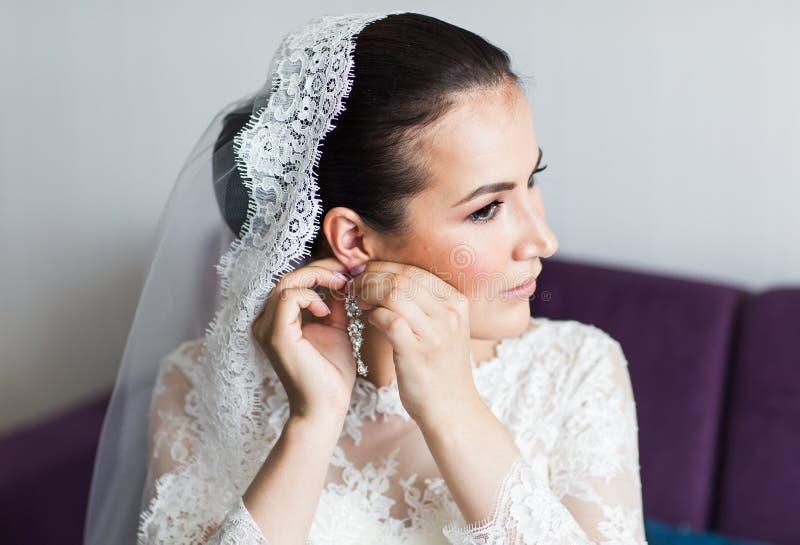 Όμορφη μοντέρνη νύφη brunette που παίρνει έτοιμη το πρωί στοκ εικόνες