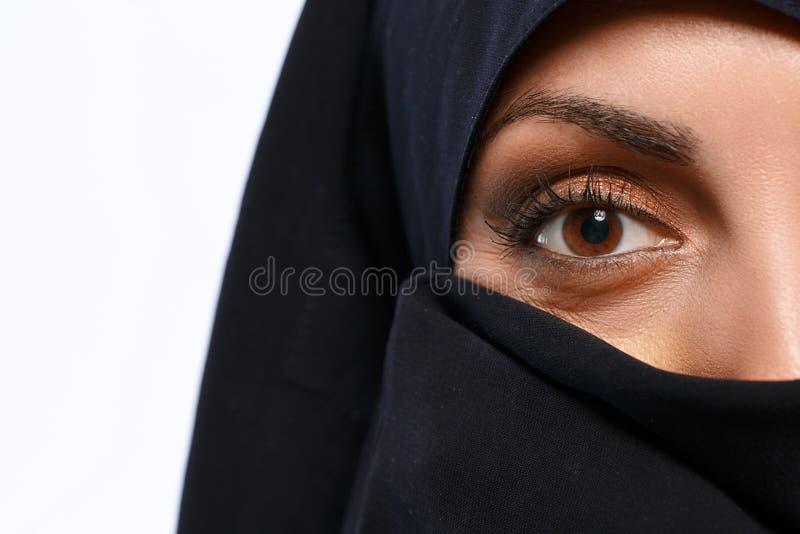 Όμορφη μουσουλμανική γυναίκα που εξετάζει τη κάμερα στοκ εικόνες