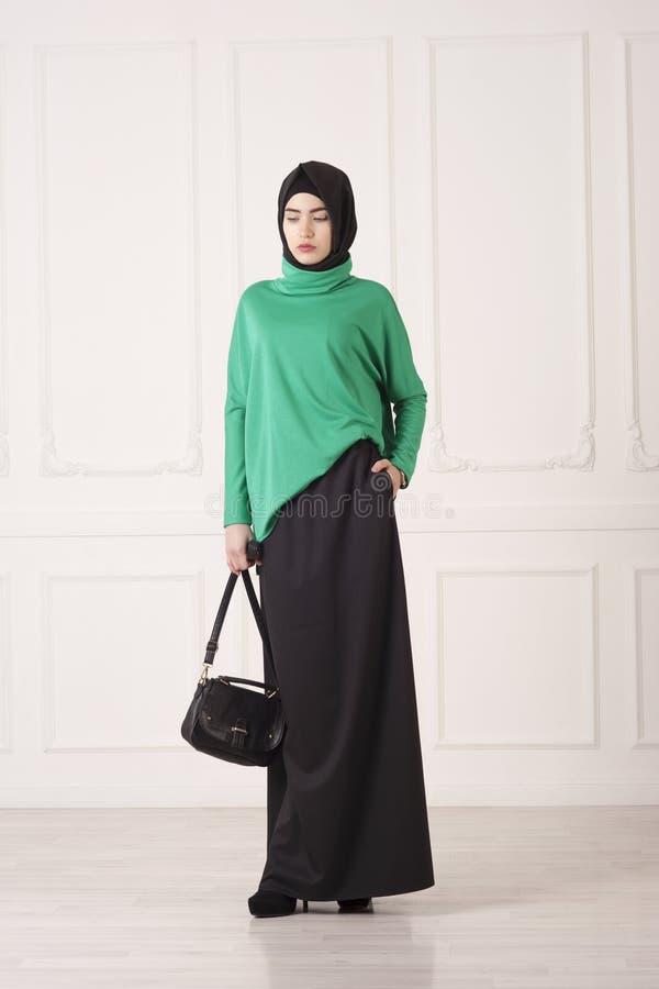 Όμορφη μουσουλμανική γυναίκα στο σύγχρονο ισλαμικό ιματισμό στοκ εικόνες
