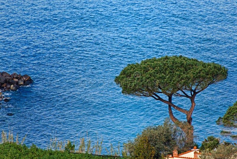 Όμορφη μπλε θάλασσα σε Vico Equense Napoli, ακτή Σορέντο, Ιταλία στοκ φωτογραφίες