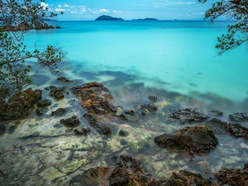 Όμορφη μπλε παραλία θάλασσας σε Trat Ταϊλάνδη στοκ εικόνα