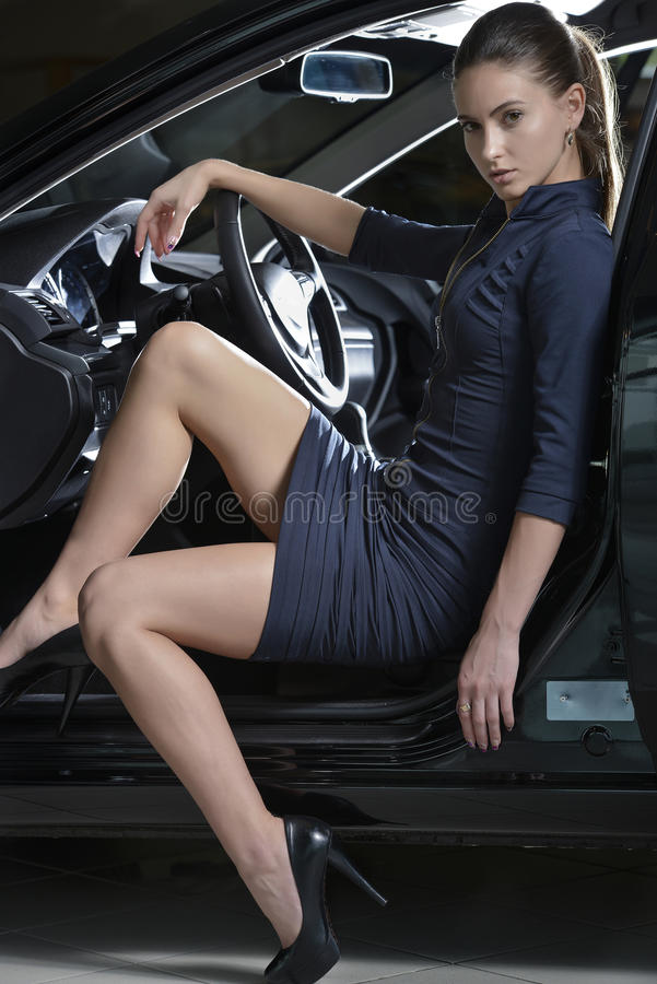 Όμορφη μυστήρια γυναίκα στο αυτοκίνητο στοκ φωτογραφίες