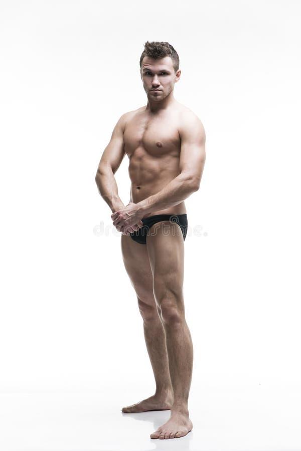 Όμορφη μυϊκή τοποθέτηση bodybuilder στο άσπρο υπόβαθρο Απομονωμένο πλάνο στούντιο στοκ εικόνες με δικαίωμα ελεύθερης χρήσης