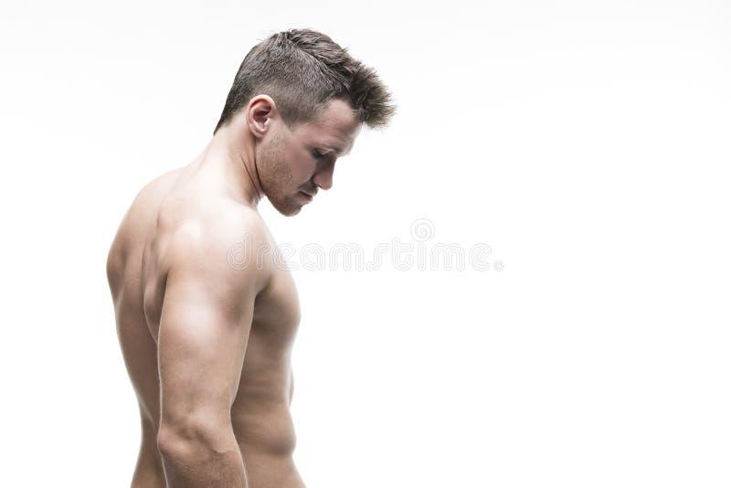 Όμορφη μυϊκή τοποθέτηση bodybuilder στο άσπρο υπόβαθρο Απομονωμένο στούντιο που πυροβολείται με το διάστημα αντιγράφων στοκ εικόνα με δικαίωμα ελεύθερης χρήσης