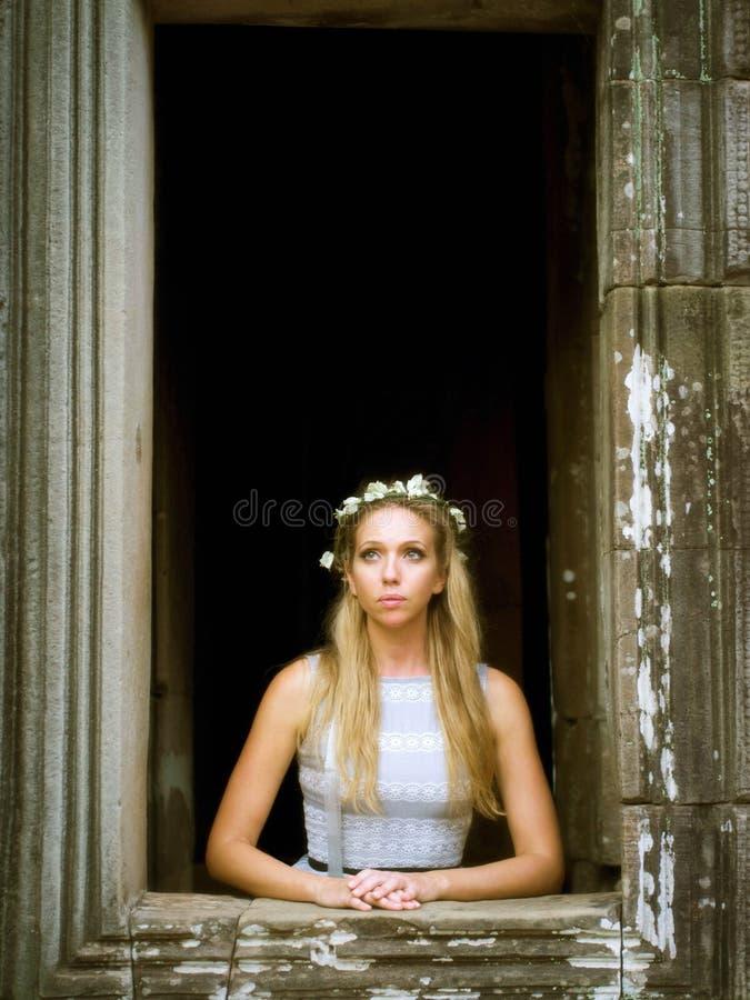 Όμορφη, μόνη πριγκήπισσα παραμυθιού που φαίνεται έξω το παράθυρο πύργων στοκ εικόνες με δικαίωμα ελεύθερης χρήσης