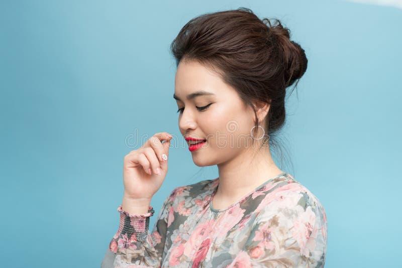 Όμορφη μόνιμη έκφραση γυναικών πορτρέτου νέα ασιατική σοβαρή ή αμφιβολίες με την ιδέα, έννοια τρόπου ζωής στοκ εικόνα