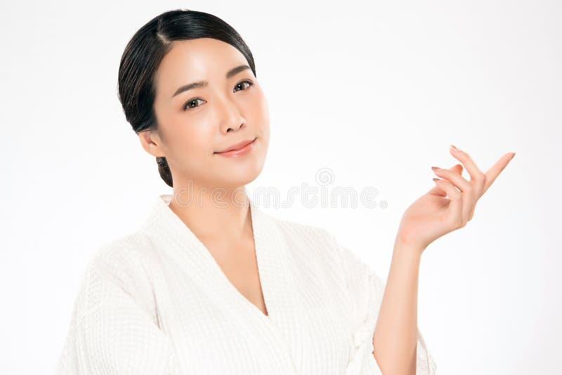 Όμορφη νέα ασιατική γυναίκα με το καθαρό φρέσκο δέρμα στοκ εικόνα