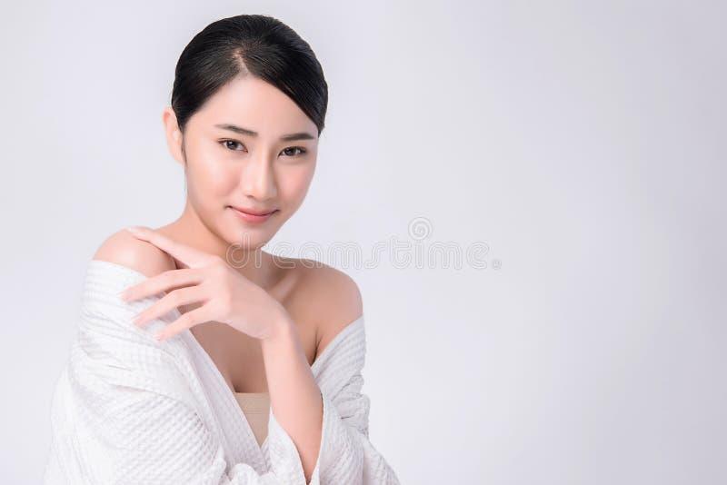 Όμορφη νέα ασιατική γυναίκα με το καθαρό φρέσκο δέρμα στοκ εικόνες
