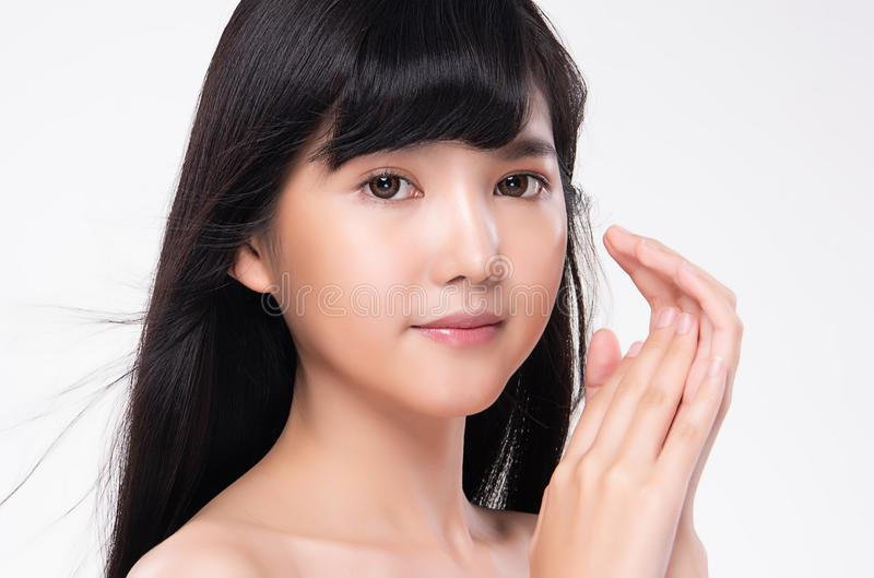 Όμορφη νέα ασιατική γυναίκα με το καθαρό φρέσκο δέρμα στοκ φωτογραφία