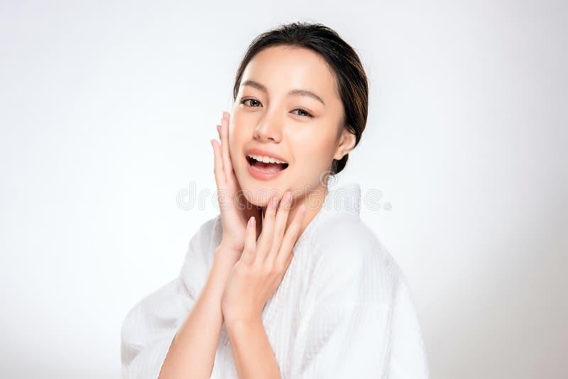 Όμορφη νέα ασιατική γυναίκα με το καθαρό φρέσκο δέρμα στοκ εικόνα με δικαίωμα ελεύθερης χρήσης