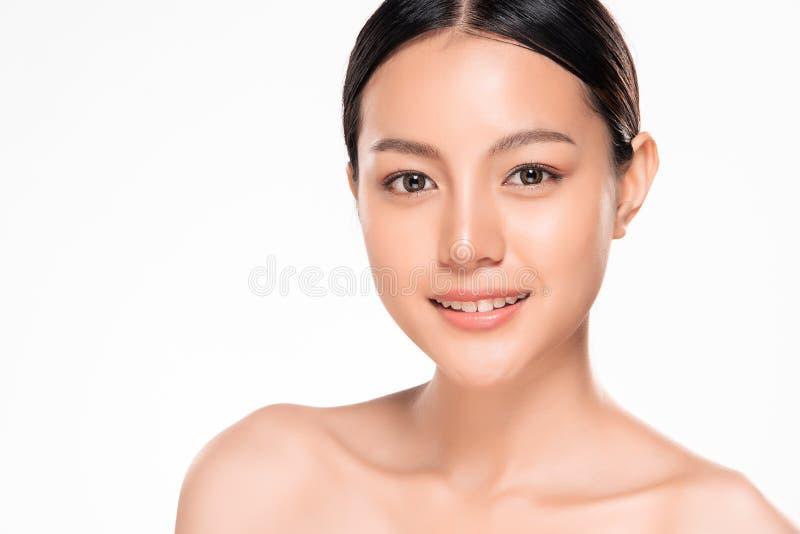 Όμορφη νέα ασιατική γυναίκα με το καθαρό φρέσκο δέρμα στοκ εικόνες με δικαίωμα ελεύθερης χρήσης
