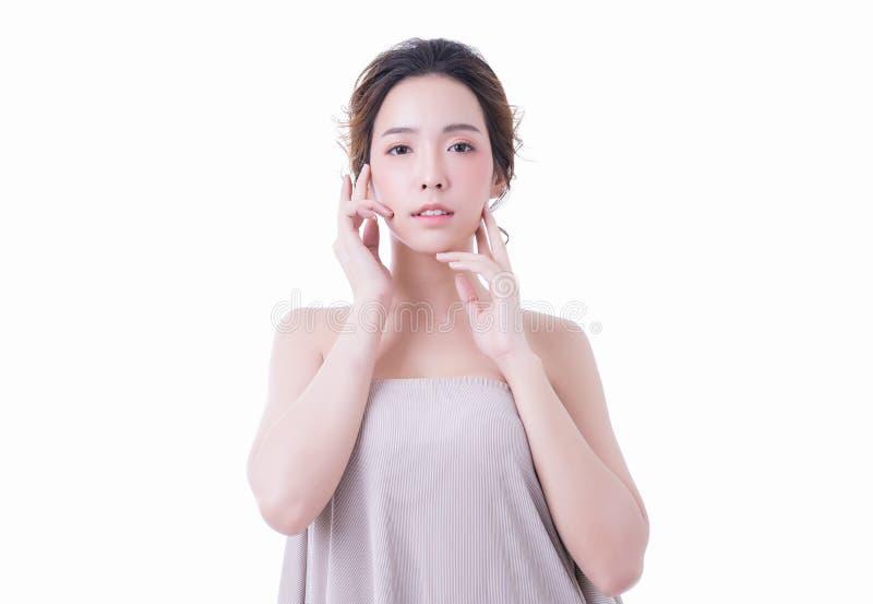 Όμορφη νέα ασιατική γυναίκα με το υγιές καθαρό δέρμα και φρέσκος στο άσπρο υπόβαθρο Έννοια Skincare και Cosmetology στοκ φωτογραφίες