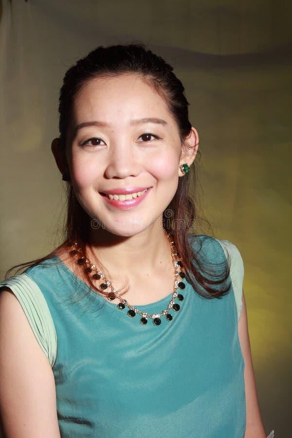 Όμορφη νέα ασιατική γυναίκα στοκ φωτογραφία