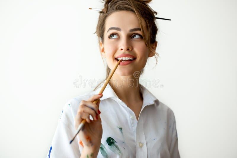 Όμορφη νέα βούρτσα δαγκώματος γυναικών στις σκέψεις στοκ φωτογραφίες