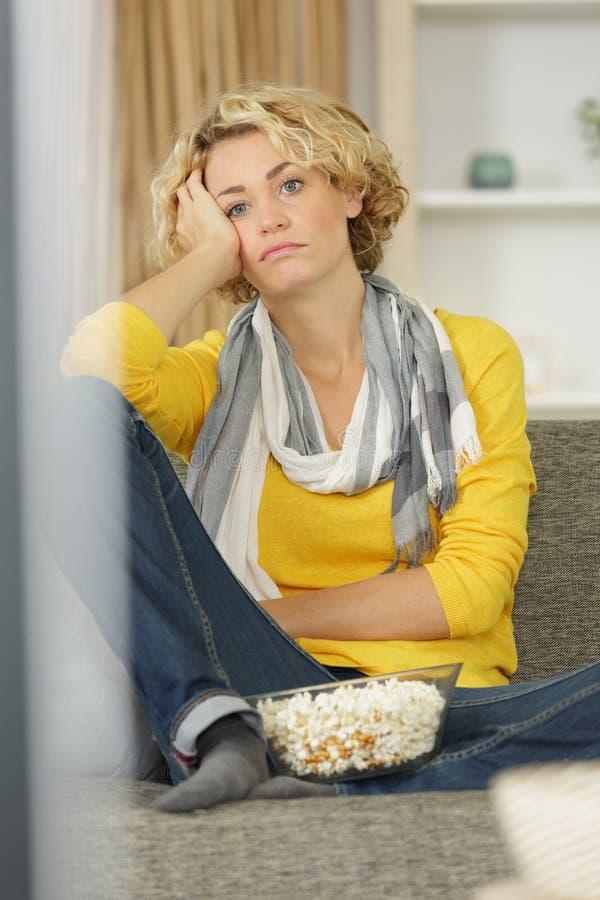 Όμορφη νέα γυναίκα εικόνων που χαλαρώνει τη TV στο σπίτι προσοχής στοκ φωτογραφία με δικαίωμα ελεύθερης χρήσης