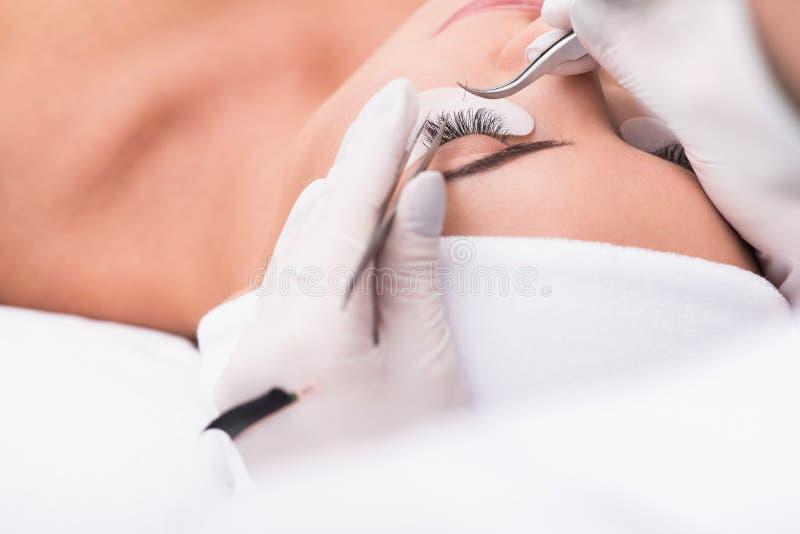 Όμορφη νέα γυναίκα κατά τη διάρκεια της επέκτασης eyelash στοκ φωτογραφία με δικαίωμα ελεύθερης χρήσης