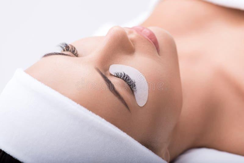 Όμορφη νέα γυναίκα κατά τη διάρκεια της επέκτασης eyelash στοκ φωτογραφία