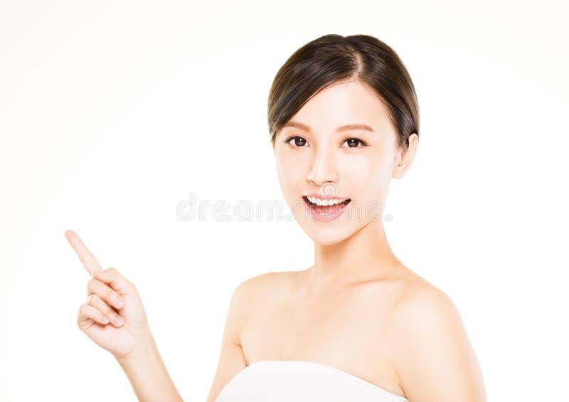 Όμορφη νέα γυναίκα κινηματογραφήσεων σε πρώτο πλάνο με την υπόδειξη της χειρονομίας στοκ εικόνα με δικαίωμα ελεύθερης χρήσης
