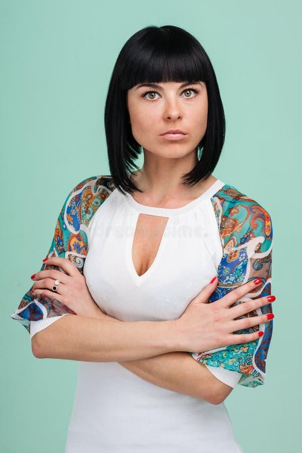 Όμορφη νέα γυναίκα κοκετών, που απομονώνεται σε πράσινο στοκ φωτογραφίες με δικαίωμα ελεύθερης χρήσης