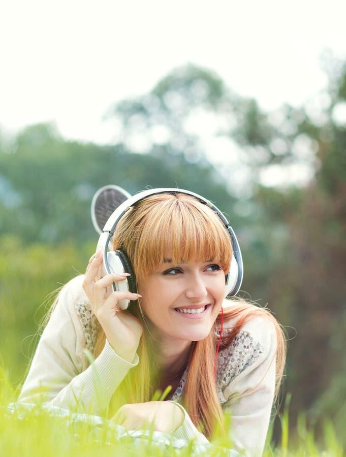 Όμορφη νέα γυναίκα με τα ακουστικά στοκ φωτογραφίες με δικαίωμα ελεύθερης χρήσης
