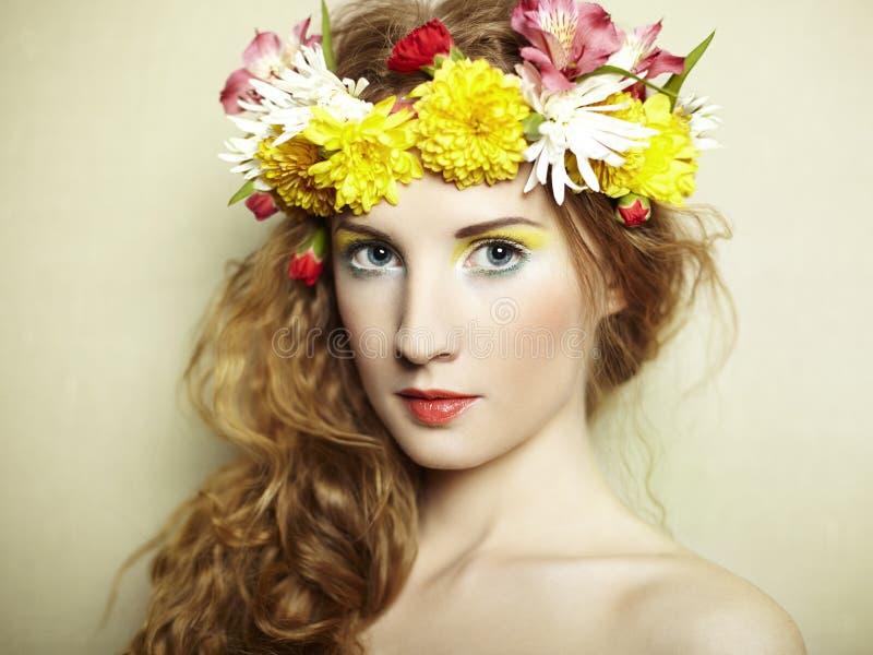 Όμορφη νέα γυναίκα με τα λεπτά λουλούδια στην τρίχα τους στοκ εικόνες με δικαίωμα ελεύθερης χρήσης
