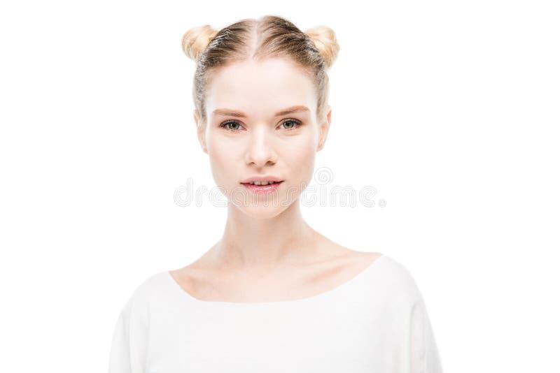 Όμορφη νέα γυναίκα με τα κουλούρια τρίχας που εξετάζει τη κάμερα στοκ εικόνα με δικαίωμα ελεύθερης χρήσης