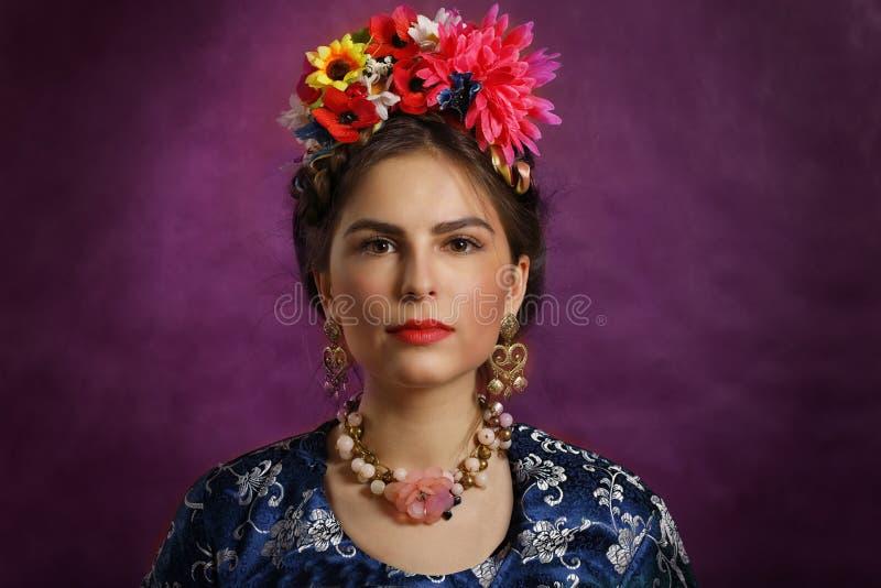 Όμορφη νέα γυναίκα με τα λουλούδια και τις χάντρες στοκ φωτογραφίες με δικαίωμα ελεύθερης χρήσης