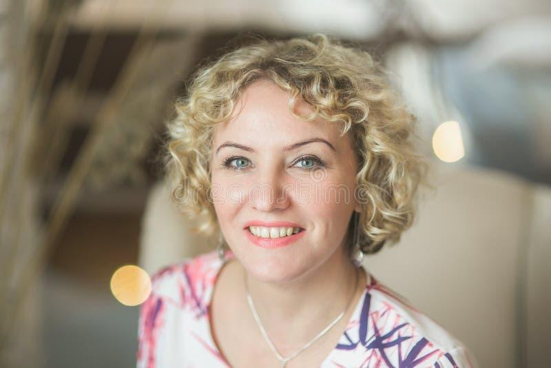 Όμορφη νέα γυναίκα με τα σγουρά ξανθά μαλλιά στοκ φωτογραφία με δικαίωμα ελεύθερης χρήσης