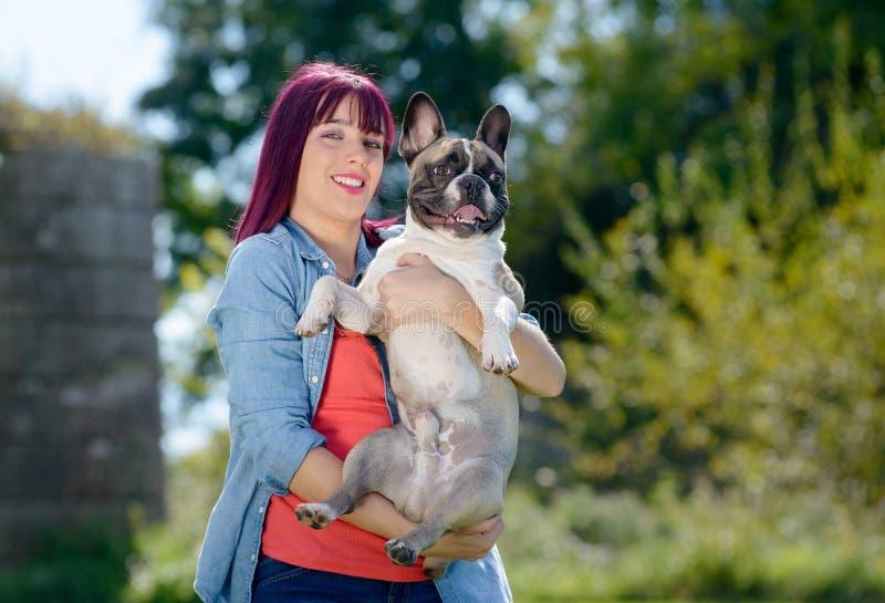 Όμορφη νέα γυναίκα με την γαλλικό μπουλντόγκ σκυλιών στοκ φωτογραφίες με δικαίωμα ελεύθερης χρήσης