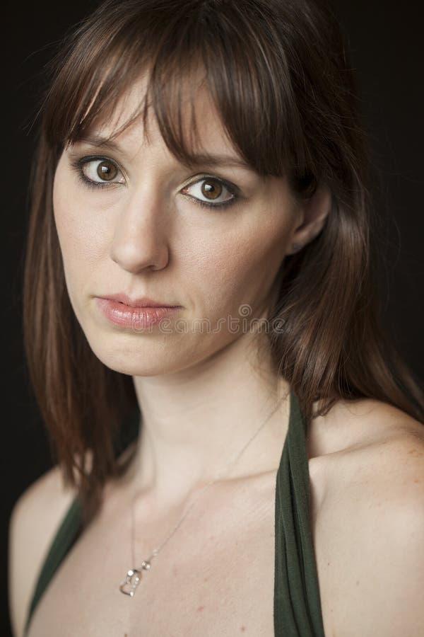 Όμορφη νέα γυναίκα με την καφετιά τρίχα και τα μάτια στοκ εικόνες με δικαίωμα ελεύθερης χρήσης