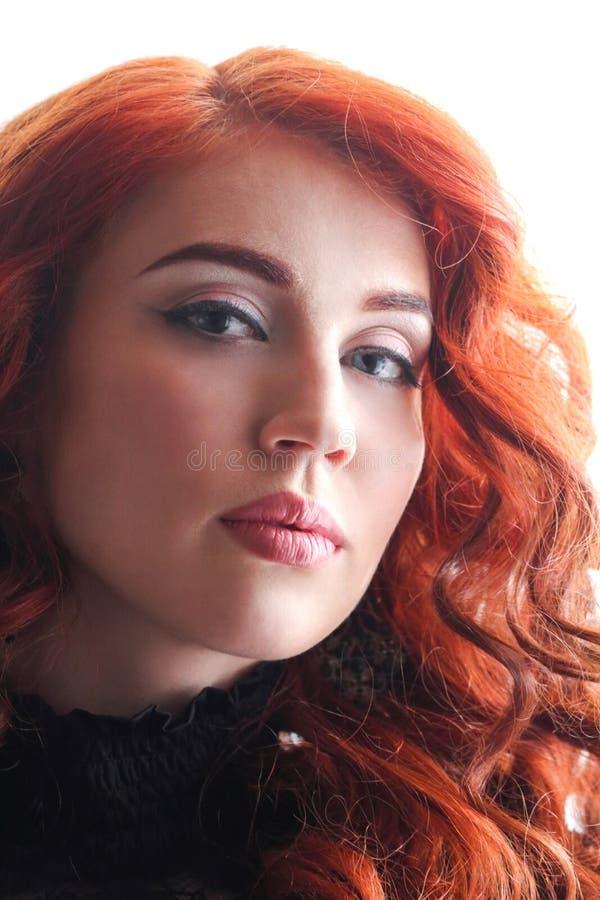 Όμορφη νέα γυναίκα με την κόκκινη σγουρή τρίχα στοκ φωτογραφίες