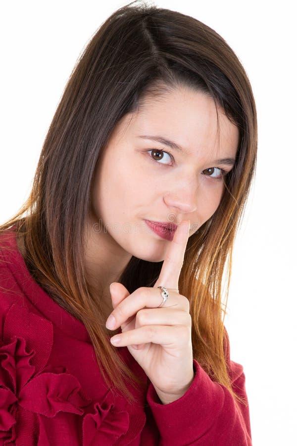 Όμορφη νέα γυναίκα με τις μακρυμάλλεις επιδείξεις το σημάδι παύσης έχει τη σοβαρή έκφραση ζητά να μην πει σε μυστικό της οποιος δ στοκ φωτογραφία