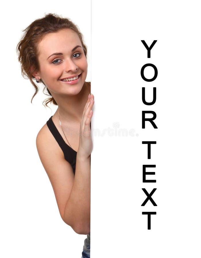 Όμορφη νέα γυναίκα με τον κενό πίνακα διαφημίσεων στοκ εικόνες με δικαίωμα ελεύθερης χρήσης