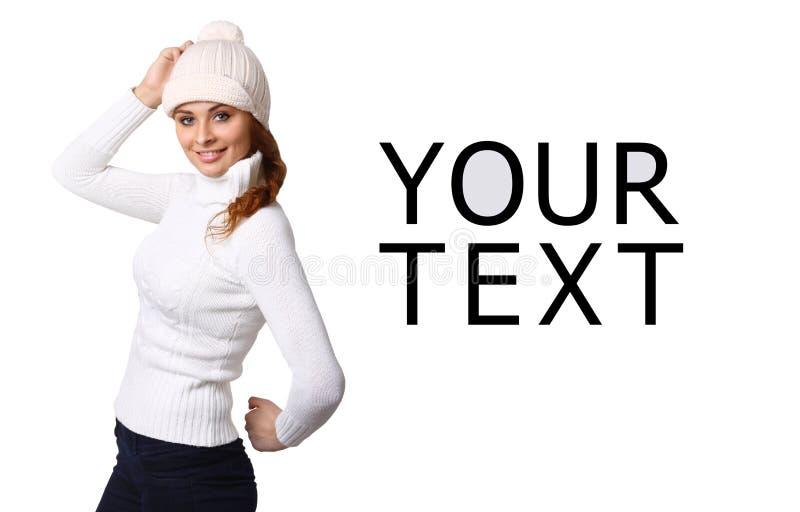 Όμορφη νέα γυναίκα με τον κενό πίνακα διαφημίσεων στοκ φωτογραφία