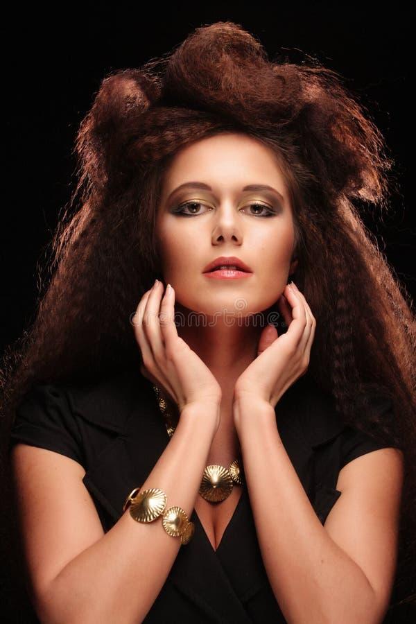 Όμορφη νέα γυναίκα με το θαυμάσιο hairdo στοκ φωτογραφίες με δικαίωμα ελεύθερης χρήσης