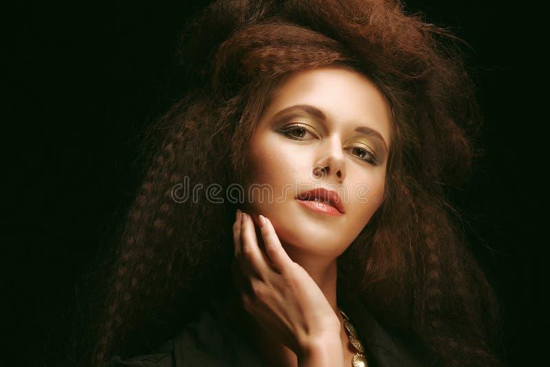Όμορφη νέα γυναίκα με το θαυμάσιο hairdo στοκ εικόνες με δικαίωμα ελεύθερης χρήσης