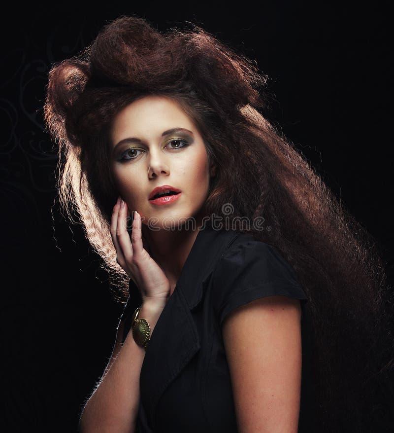 Όμορφη νέα γυναίκα με το θαυμάσιο hairdo στοκ εικόνες