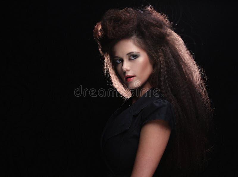 Όμορφη νέα γυναίκα με το θαυμάσιο hairdo στοκ φωτογραφία με δικαίωμα ελεύθερης χρήσης
